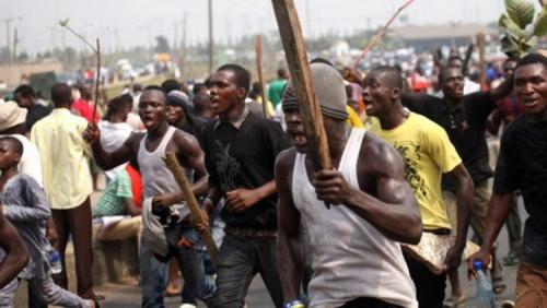 Mob kills policeman for 'shooting' pregnant woman dead in Lagos