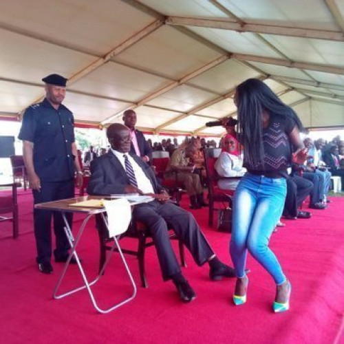 Singer Twerks For Ugandan VP, Edward Ssekandi Gets Rewarded With Envelope