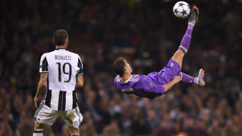 How To Do A Bicycle Kick On The Pitch: Ronaldo, Zlatan & Best Overhead Goals