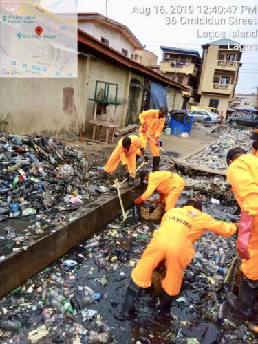 LAWMA Officers Clean Up Gutters In Lagos (Pictures)