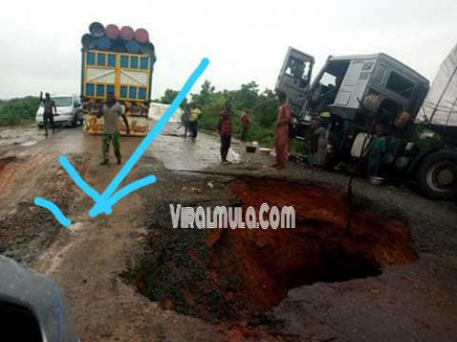 Sink Hole Swallows Cars On Bida-minna Expressway Niger State (PHOTOS)